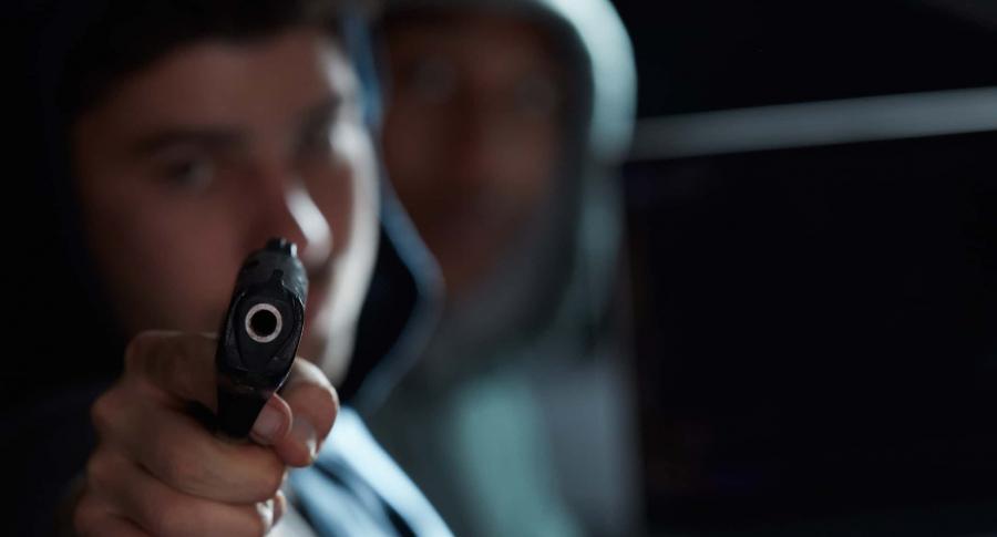 Joven apuntando con un arma