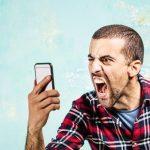 Persona molesta con celular