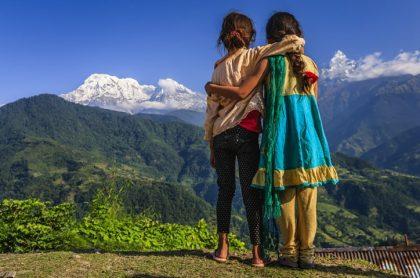 Niñas de espalda mirando montaña