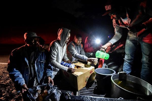 Venezolanos comparten comida en apagón