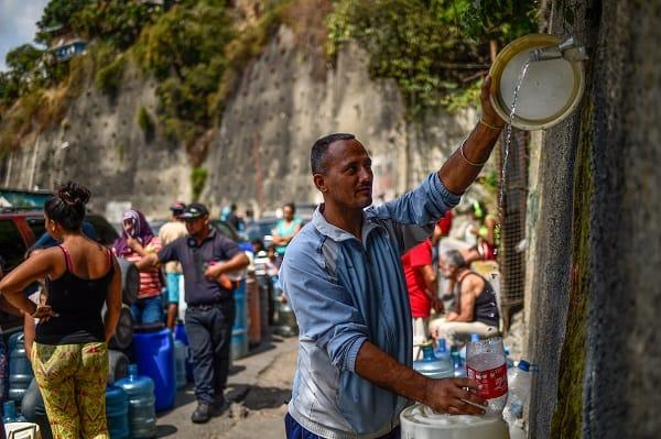 Venezolanos buscando agua en apagón