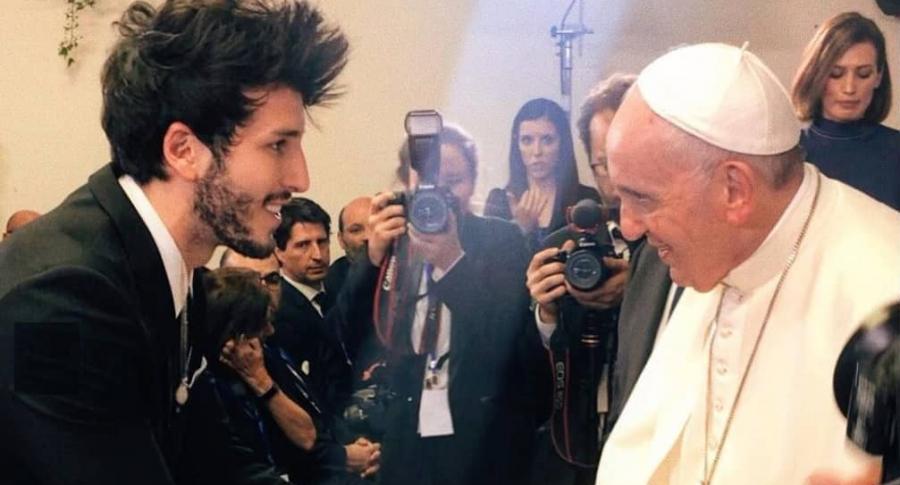 Sebastián Yatra, cantante, y el papa Francisco.