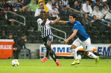 Avilés Hurtado de Rayados de Monterrey disputa el balón con Javier Salas de Cruz Azul