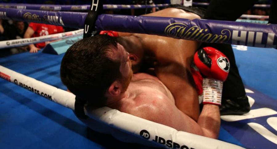 Boxeador muerde a rival.