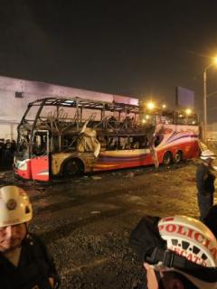 Bus incendiado en Perú