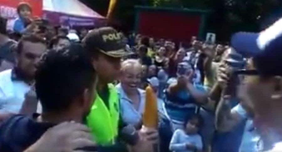 Discurso de policía defendiendo las empanadas