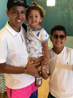 Martín Elías Díaz, cantante (Q.E.P.D.), con sus hijos Martincito y Paula Elena.