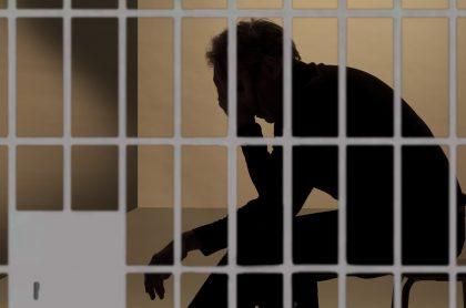 Silueta de un hombre en prisión