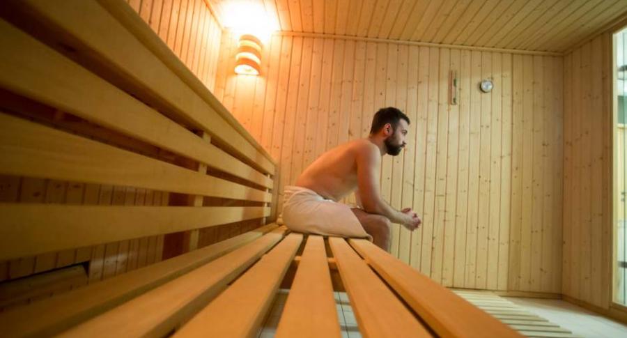Hombre en un sauna.
