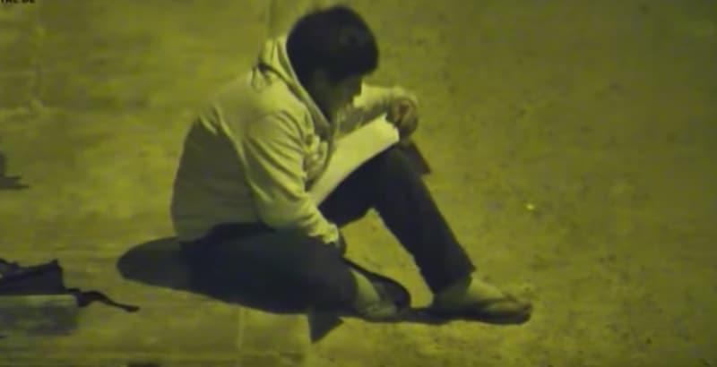 Niño estudiando en la calle