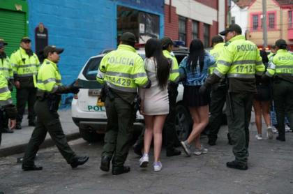 Policías rescatan a menores.