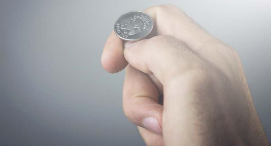 Mano con una moneda.