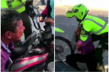Hombre se aferra a su moto.