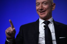 Primeras fotos de Jeff Bezos después del divorcio y con su nueva novia (¡Feliz!)