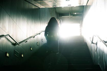 Mujer saliendo de metro