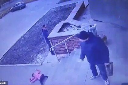 Papá lanza a su hija por escaleras