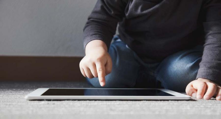 Niño con un iPad.