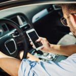 Uber conductor mirando celular