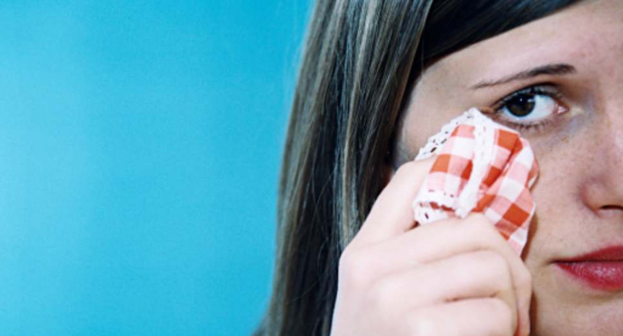 Mujer limpia sus lágrimas.