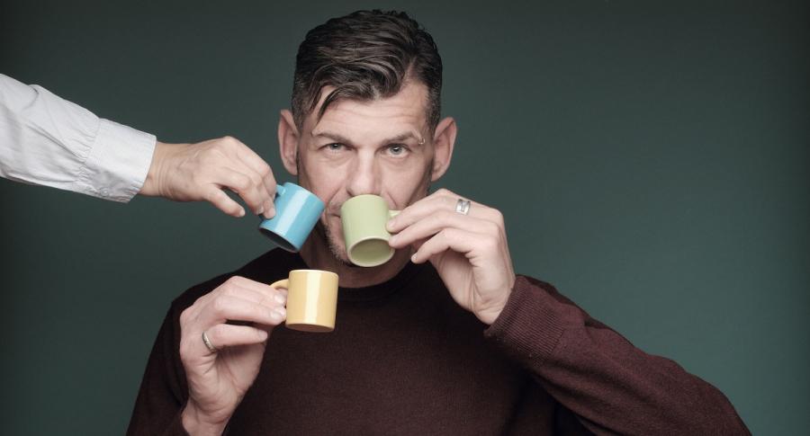 Hombre tomando café