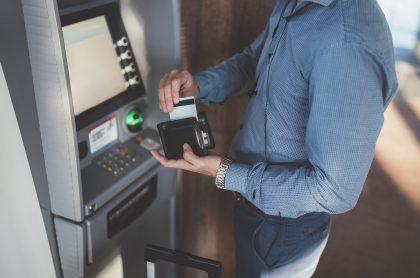 Hombre en un cajero automático