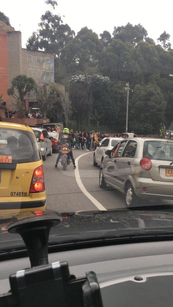 Estudiantes bloquean vías