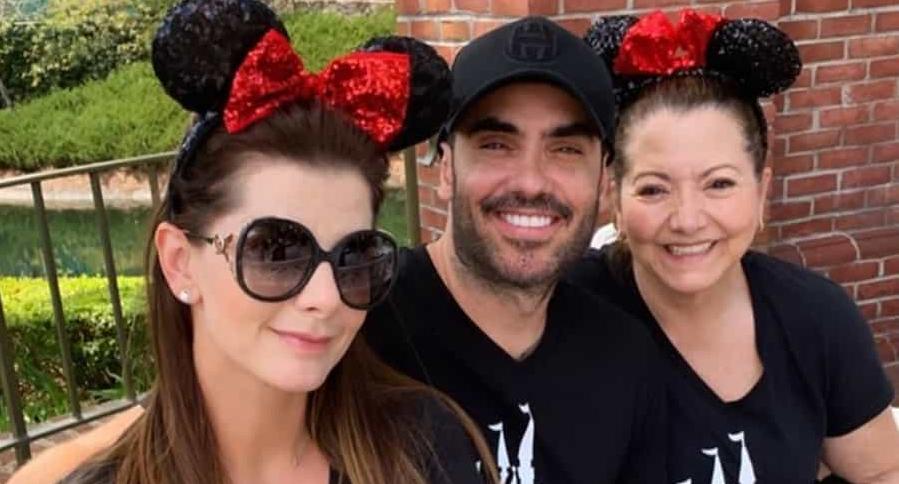 Carolina Cruz, presentadora, con su pareja Lincoln Palomeque, actor, y su mamá, Luz Osorio.