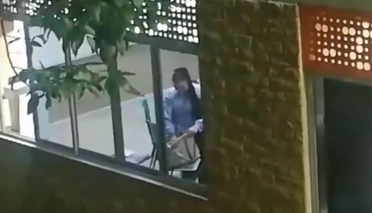 Mujer revisando un bolso