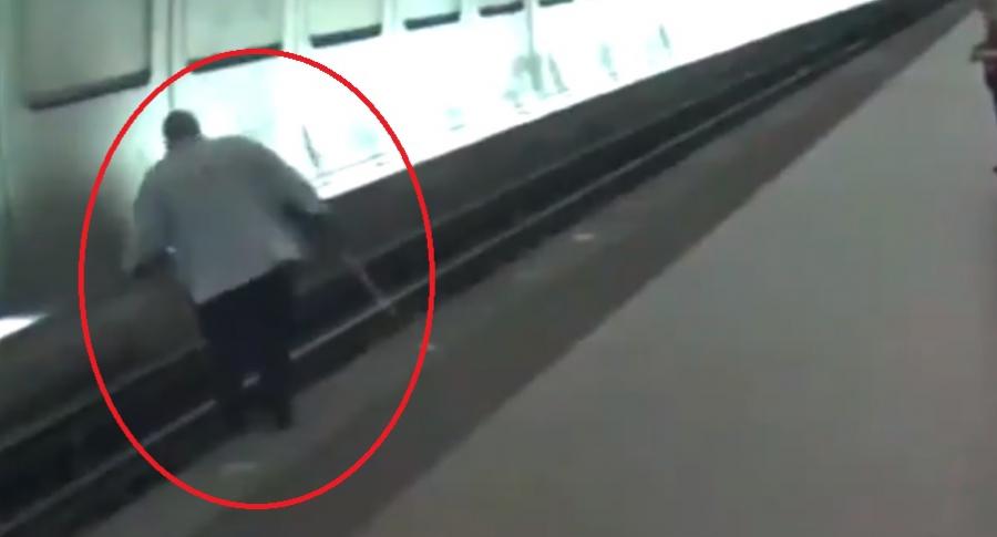 Ciego cae en vía de metro