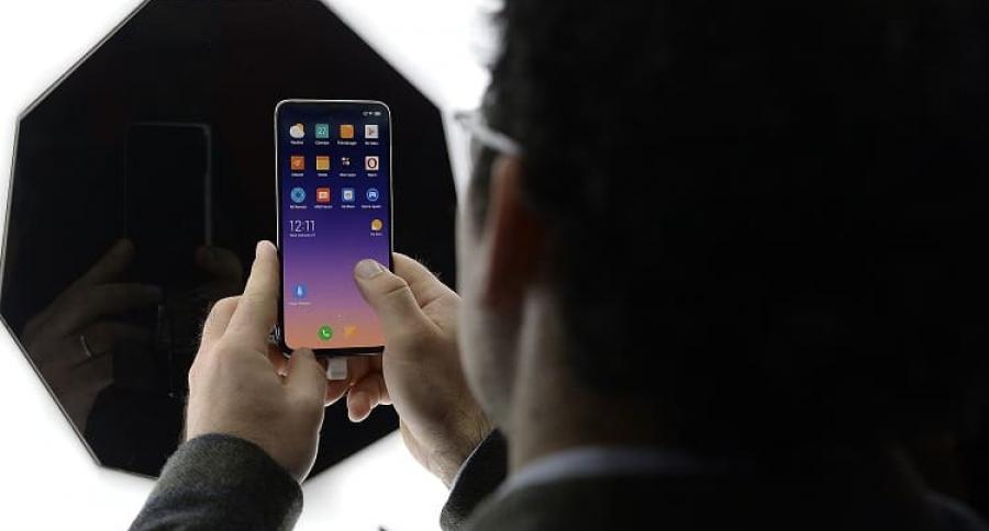 Hombre mirando el celular