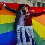 Beso entre pareja homosexual