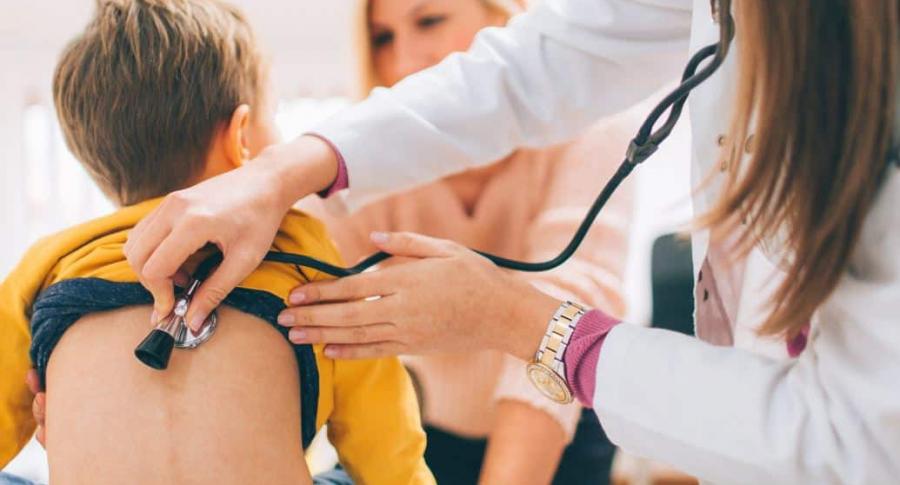 Médica examina a niño