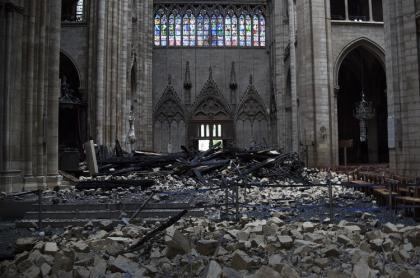 Escombros en el interior de Notre Dame
