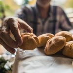 Hombre con panes