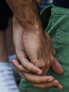 Pareja gay tomada de la mano