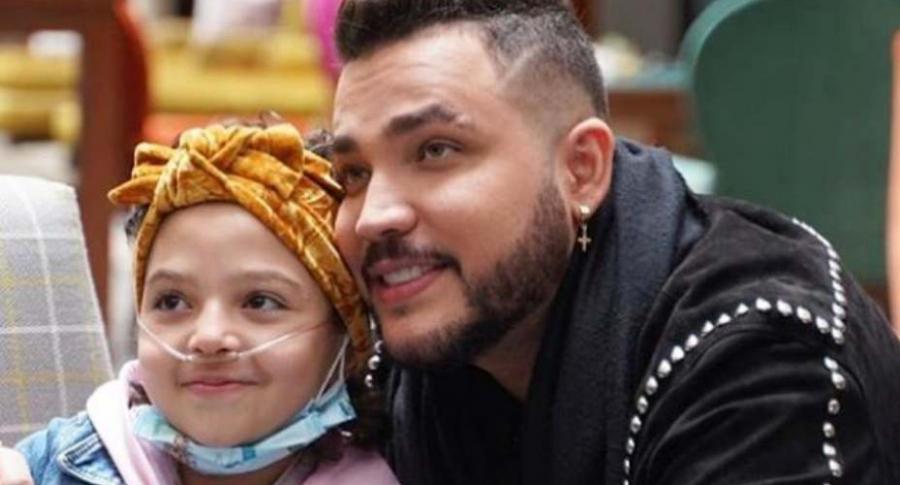 Jessy Uribe visita a niña con cáncer.