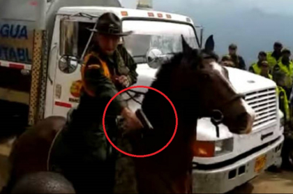 Policía apuntando con su arma
