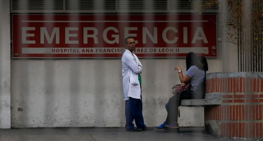 Médico en las afueras de hospital