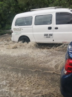 Vehículos superando la inundación