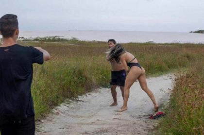 Luchadora le pega a acosador.
