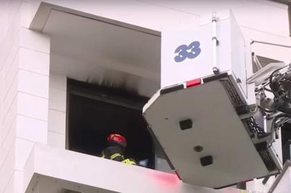 Bomberos atendiendo emergencia de incendio, en Medellín