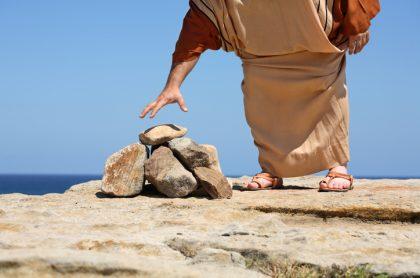 Hombre a punto de coger piedra