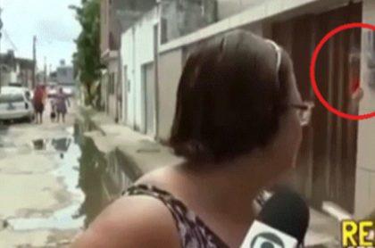 Mujer es aplastada por una puerta.