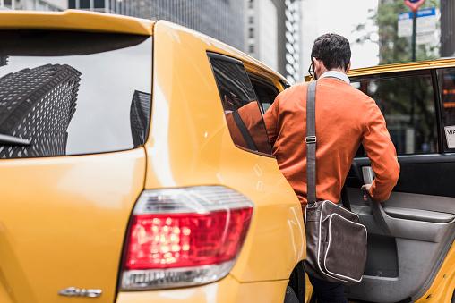 Hombre abordando taxi