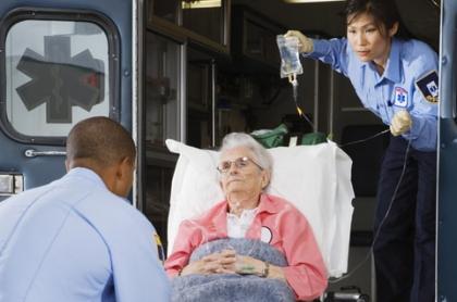 Anciana en ambulancia