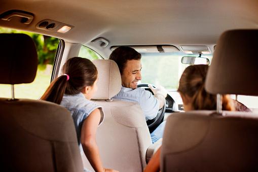 Familia feliz en vehiculo