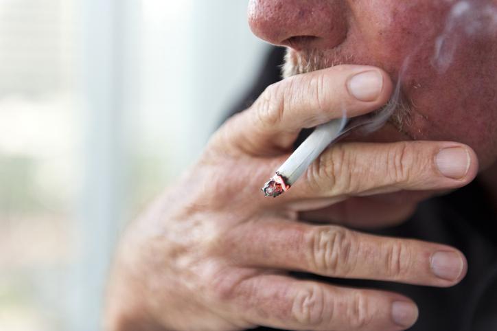 Hombre fumando cigarrillo