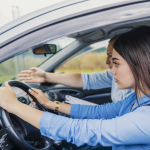 Mujer conduciendo.