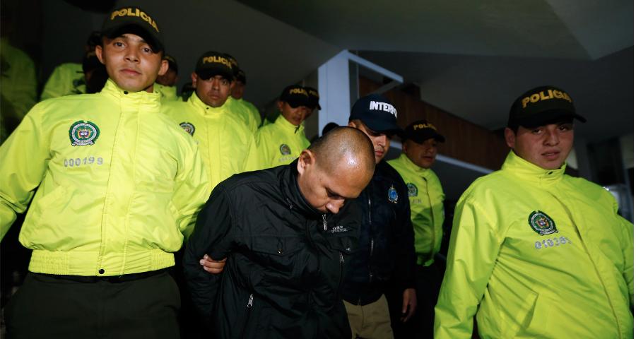 Policía capturando delincuente