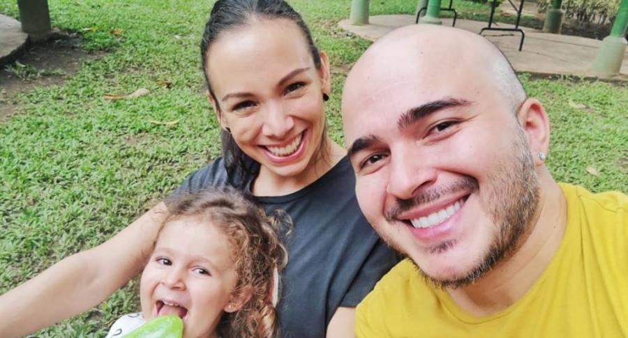 Carolina Núñez y Carlos Montaño, cantantes de Siam, con su hija Emilia.
